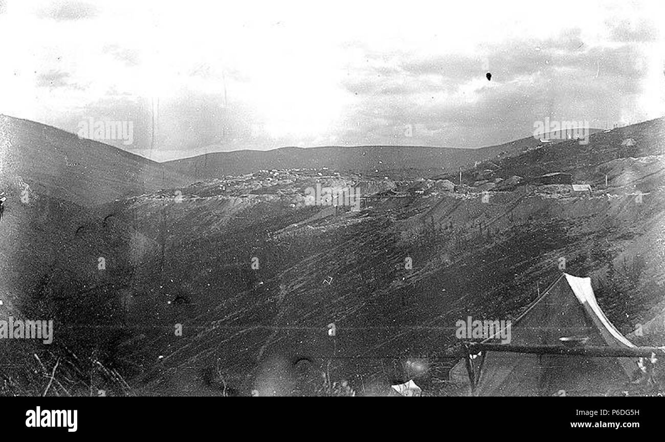 English: PH Coll 35.520 Klondike Gold Rush Subjects (LCSH): Gold mines and mining--Yukon--Gold Hill  . 1899 50 Gold Hill mining operations from Adams Hill, August 1899 (SARVANT 164) - Stock Image