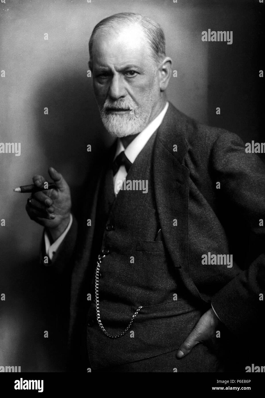 Deutsch: Sigmund Freud, Begründer der Psychoanalyse, raucht eine Zigarre. English: Sigmund Freud, founder of psychoanalysis, holding a cigar. Photographed by his son-in-law, Max Halberstadt, c. 1921 Español: Sigmund Freud, fundador del psicoanálisis, fumando. eština: Zakladatel psychoanalýzy Sigmund Freud kouí doutník. circa 1921 74 Sigmund Freud LIFE - Stock Image