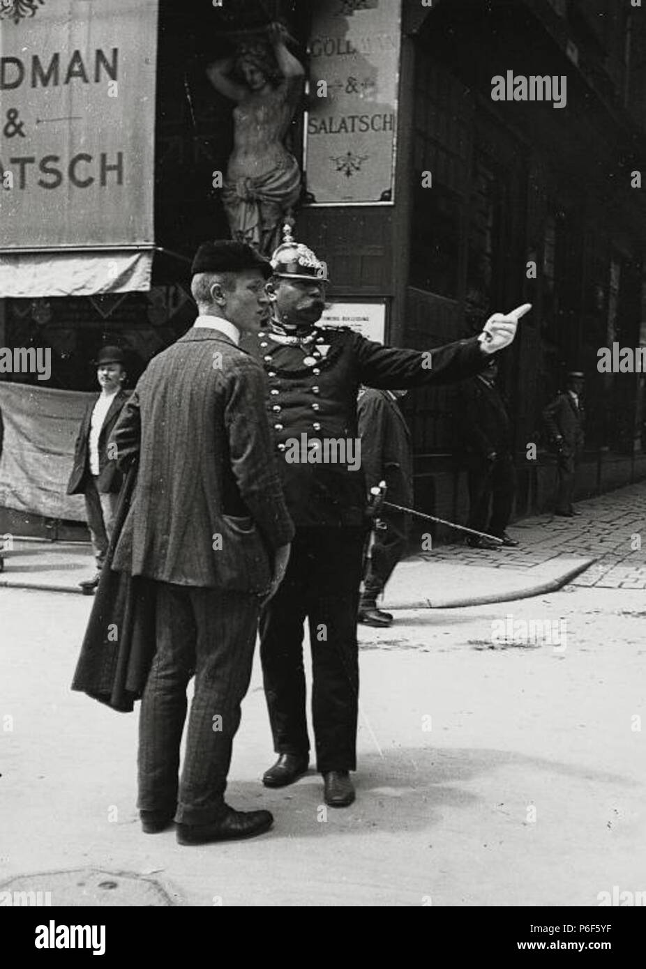 Wachmann vor dem Modewarengeschäft Goldmann & Salatsch, Graben 20, Wien (dort bis 1911 ansässig) . between 1905 and 1911 41 Emil Mayer 067 - Stock Image