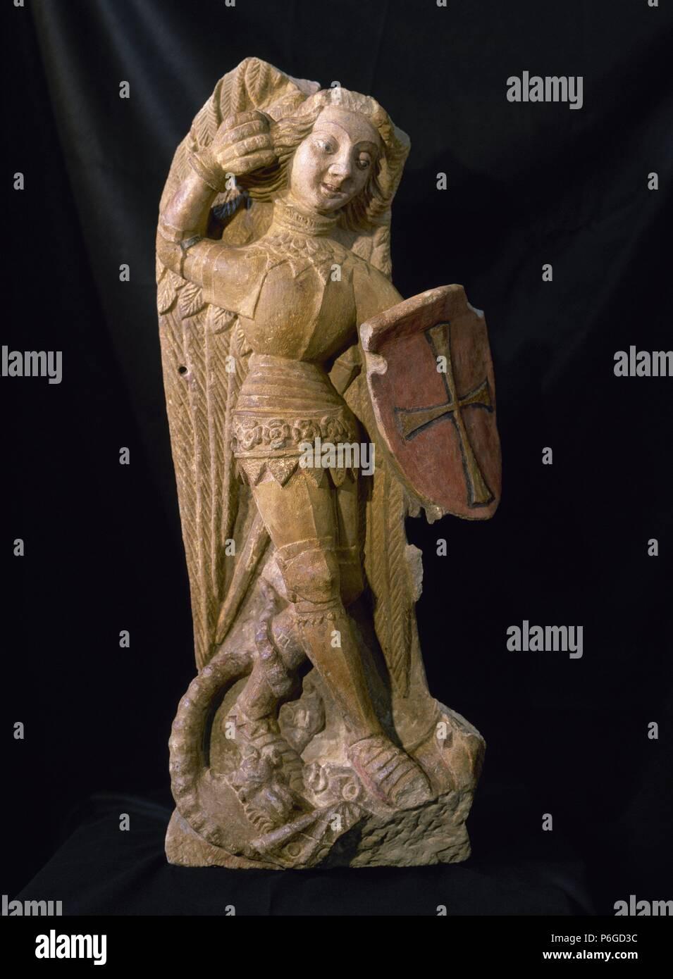 MIGUEL, San Arcángel. Uno de los espíritus bienaventurados, de orden media, entre los ángeles y los principados. ESCULTURA gótica en piedra calcárea policromada (104cm x 44cm x 17cm x 35cm), realizada en la primera mitad del siglo XV. IGLESIA DE SANT LLORENÇ DE LLEIDA. Cataluña. Stock Photo