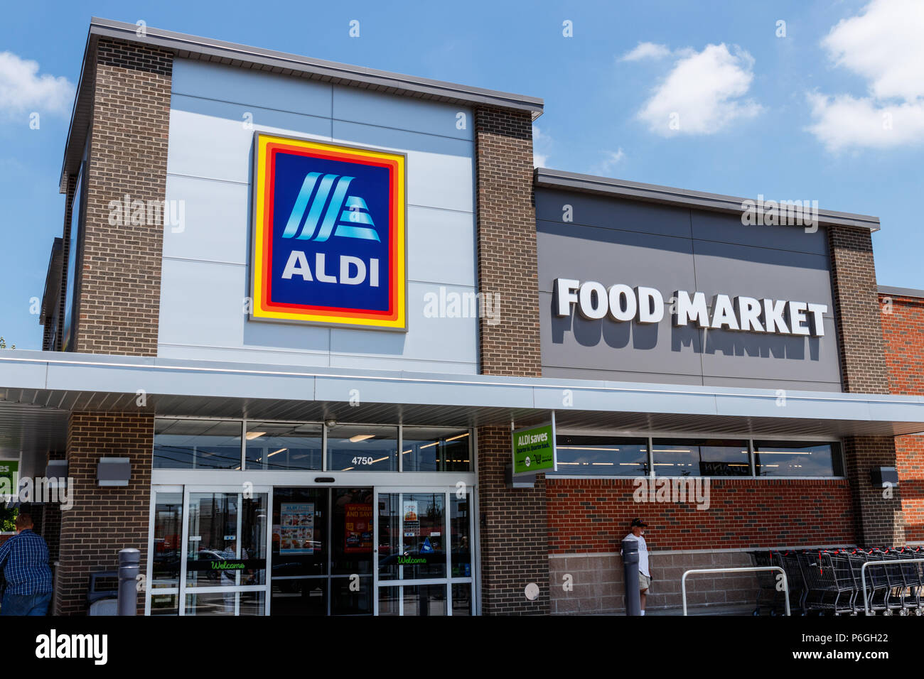 Ft  Wayne - Circa June 2018: Aldi Discount Supermarket  Aldi