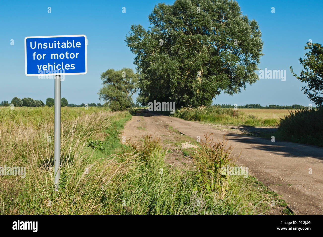 Unsuitable for motor vehicles sign on the edge of a drove, near Aldreth, Cambridgeshire - Stock Image