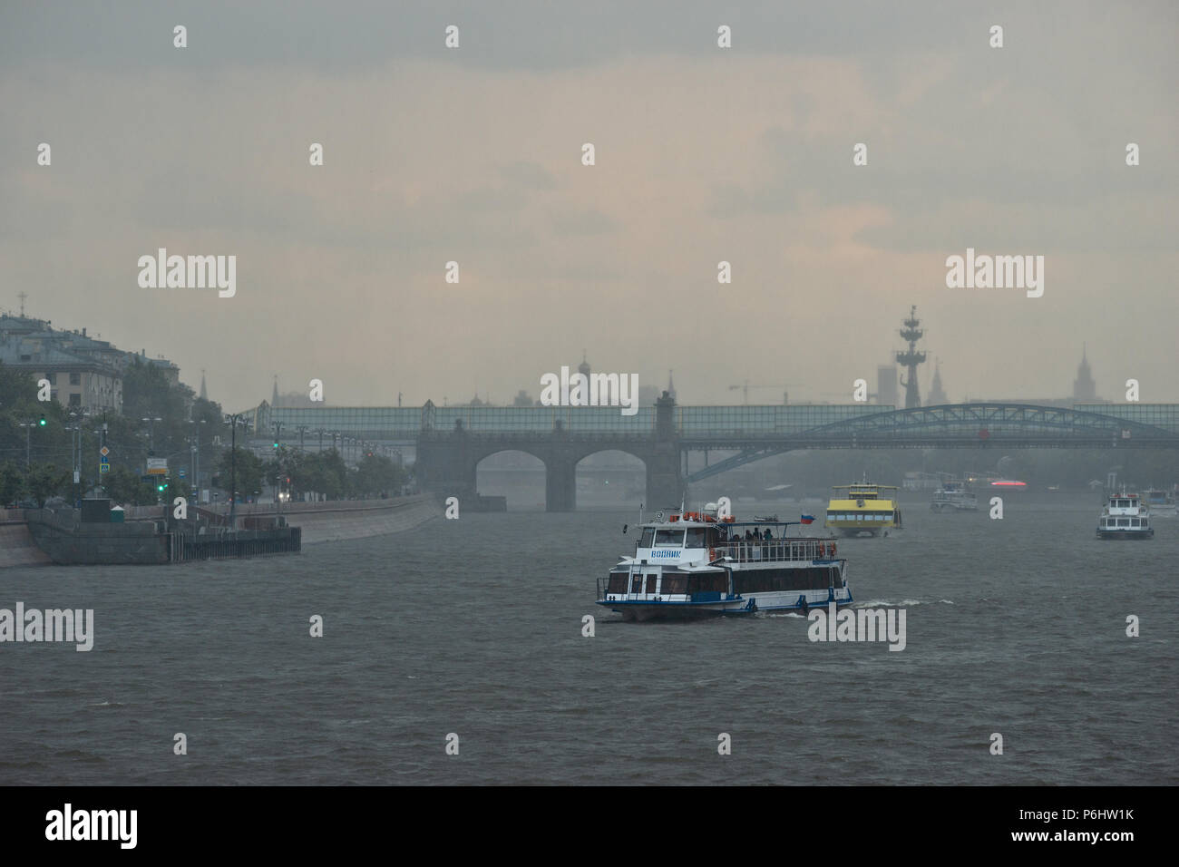 Russian weather, Moscow. Saturday, June 30, 2018. Rain or no rain leisure boat navigation continues up and down the Moscow-river. - Stock Image