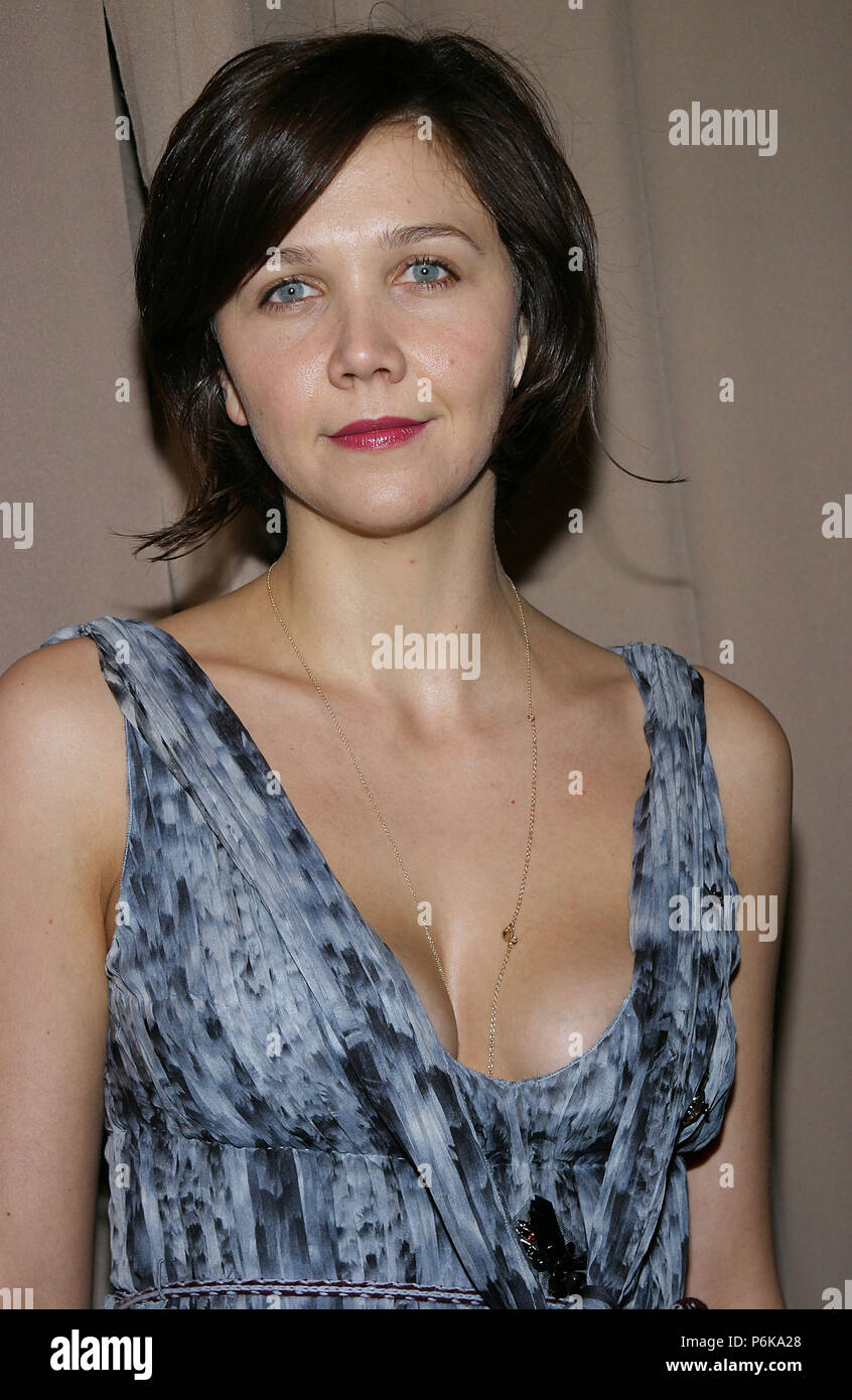 Maggie Gyllenhaal arriving at the Miramax Party for the Golden Globes at the Beverly Hilton  in Los Angeles. January 17, 2005.GyllenhaalMaggie044 Red Carpet Event, Vertical, USA, Film Industry, Celebrities,  Photography, Bestof, Arts Culture and Entertainment, Topix Celebrities fashion /  Vertical, Best of, Event in Hollywood Life - California,  Red Carpet and backstage, USA, Film Industry, Celebrities,  movie celebrities, TV celebrities, Music celebrities, Photography, Bestof, Arts Culture and Entertainment,  Topix, headshot, vertical, one person,, from the year , 2004, inquiry tsuni@Gamma-US - Stock Image