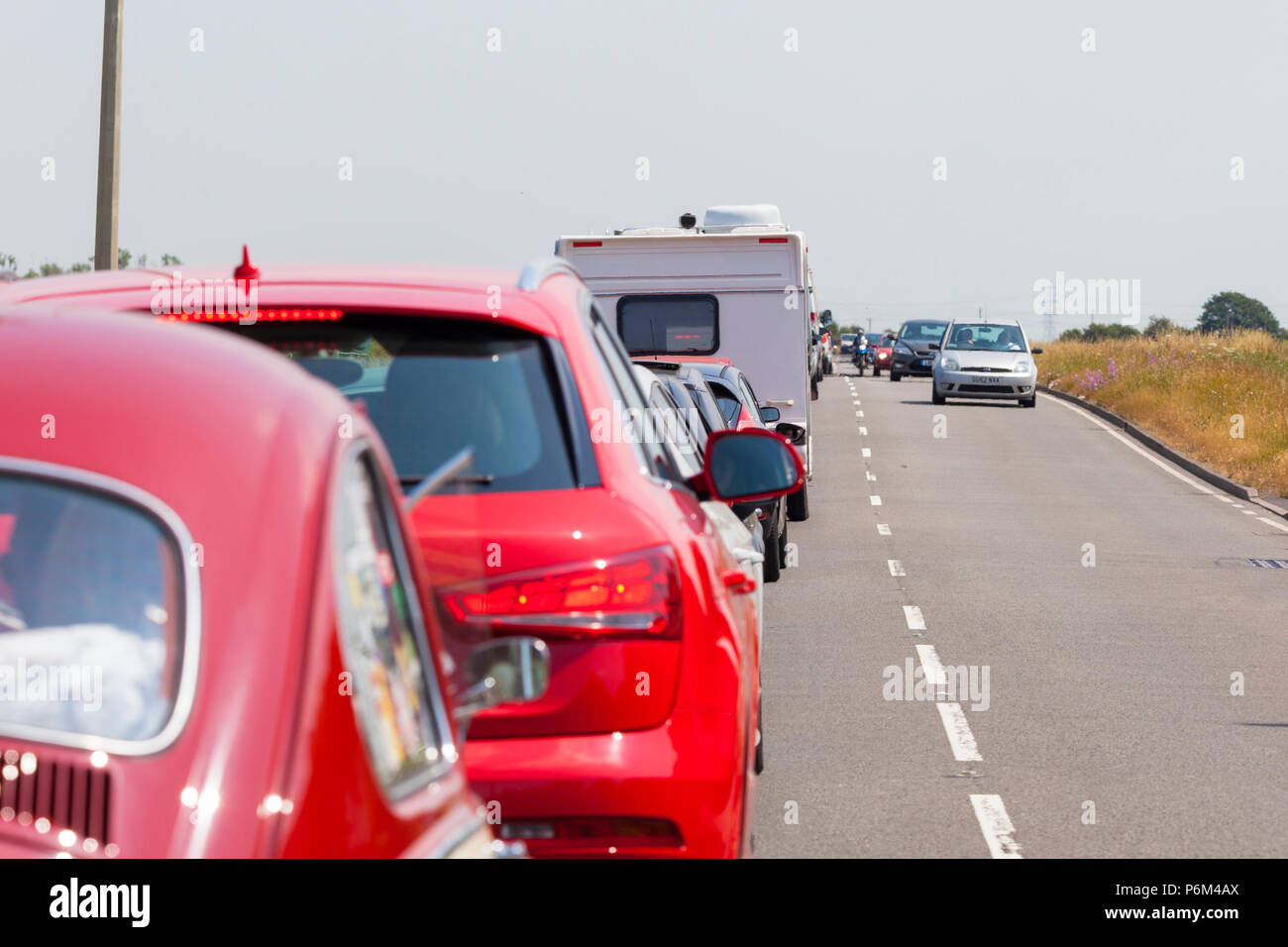 Camber Sands, East Sussex, UK. 1st Jul, 2018. UK Weather: Traffic congestion off the A259 heading towards Camber Sands in East Sussex with queues bumper to bumper for as far as the eye can see. Temperatures of 28°C are expected in the area. © Paul Lawrenson 2018, Photo Credit: Paul Lawrenson / Alamy Live News - Stock Image