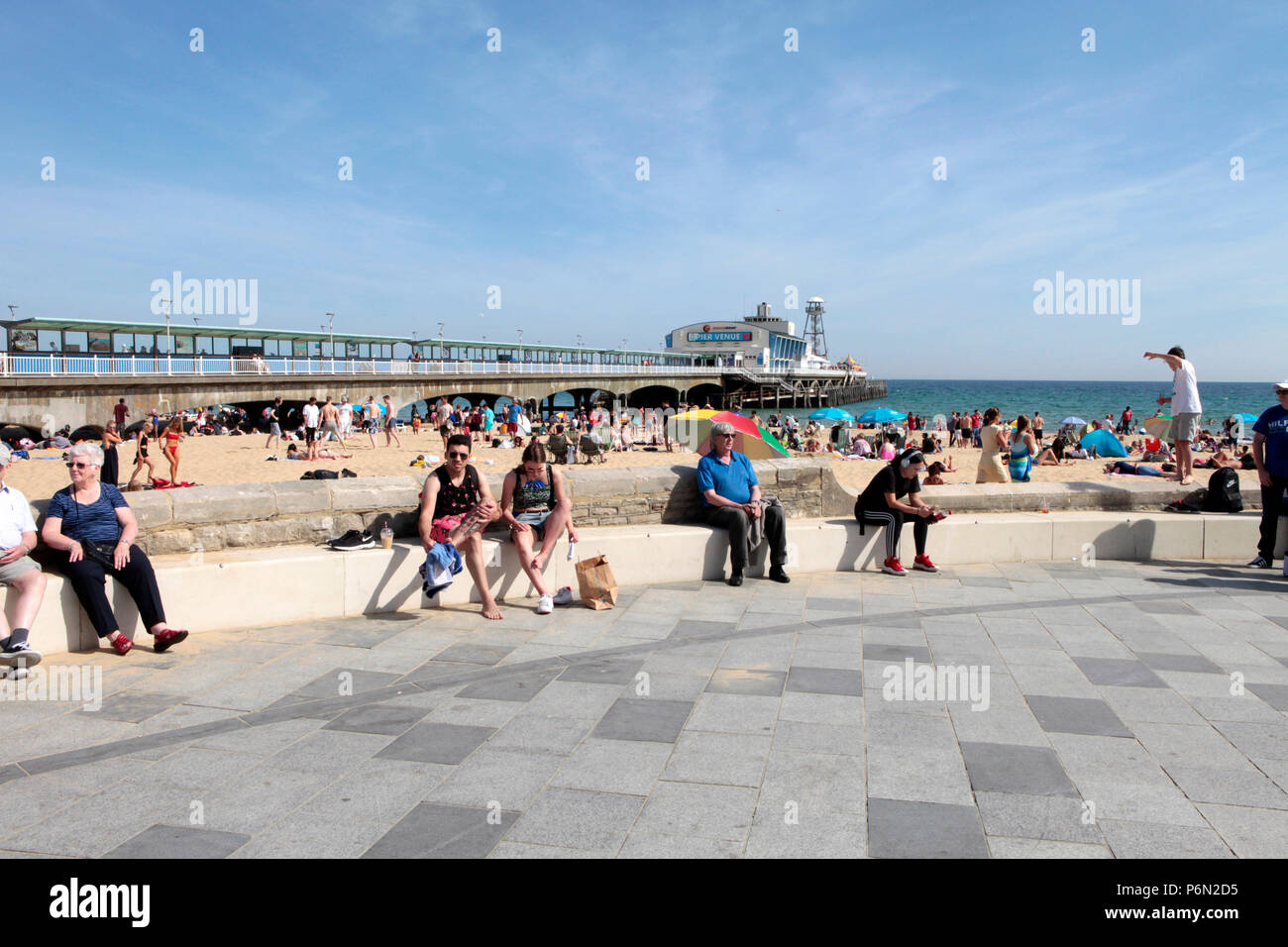 PEOPLE FLOCK TO THE BEACH IN BOURNEMOUTH IN THE LAST WEEK OF JUNE DURING THE UK HEATWAVE 2018. Stock Photo