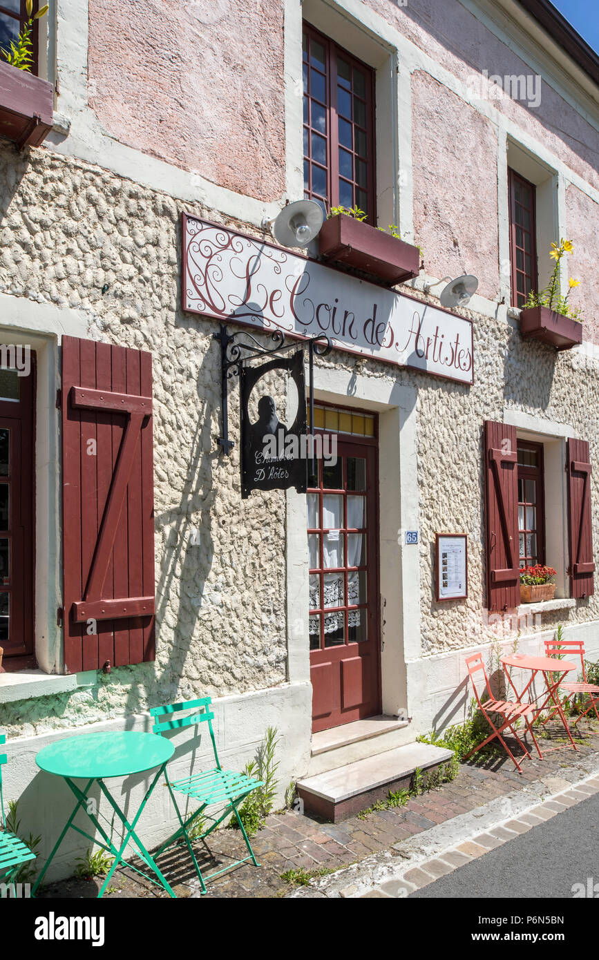 Le Coin des Artistes, picturesque former café-grocery store, now chambre d'hôtes at Giverny, Eure department, Normandy, France - Stock Image