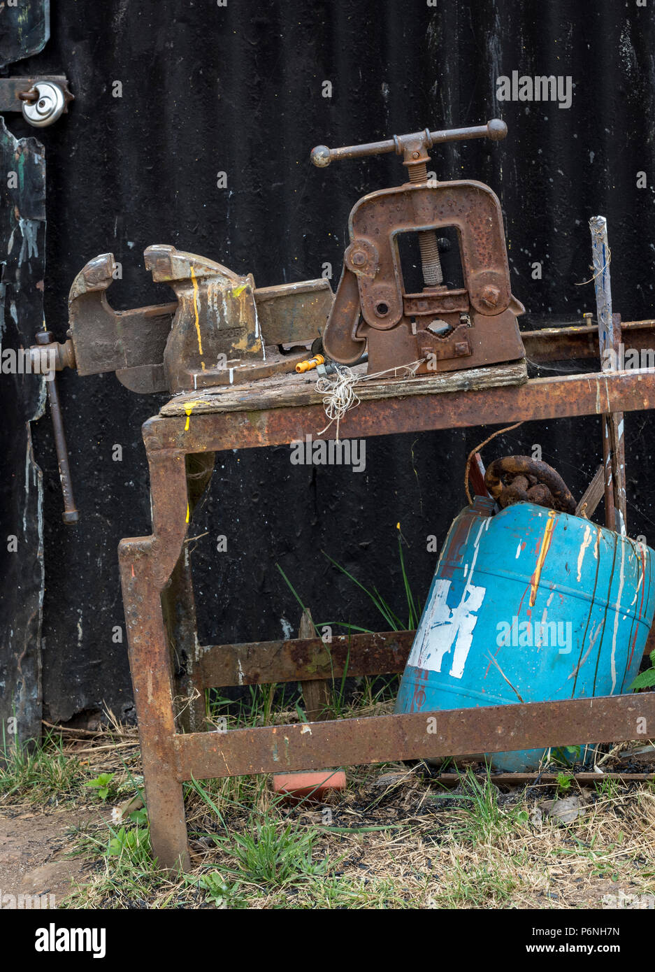 an old workbench and rusty vice. - Stock Image