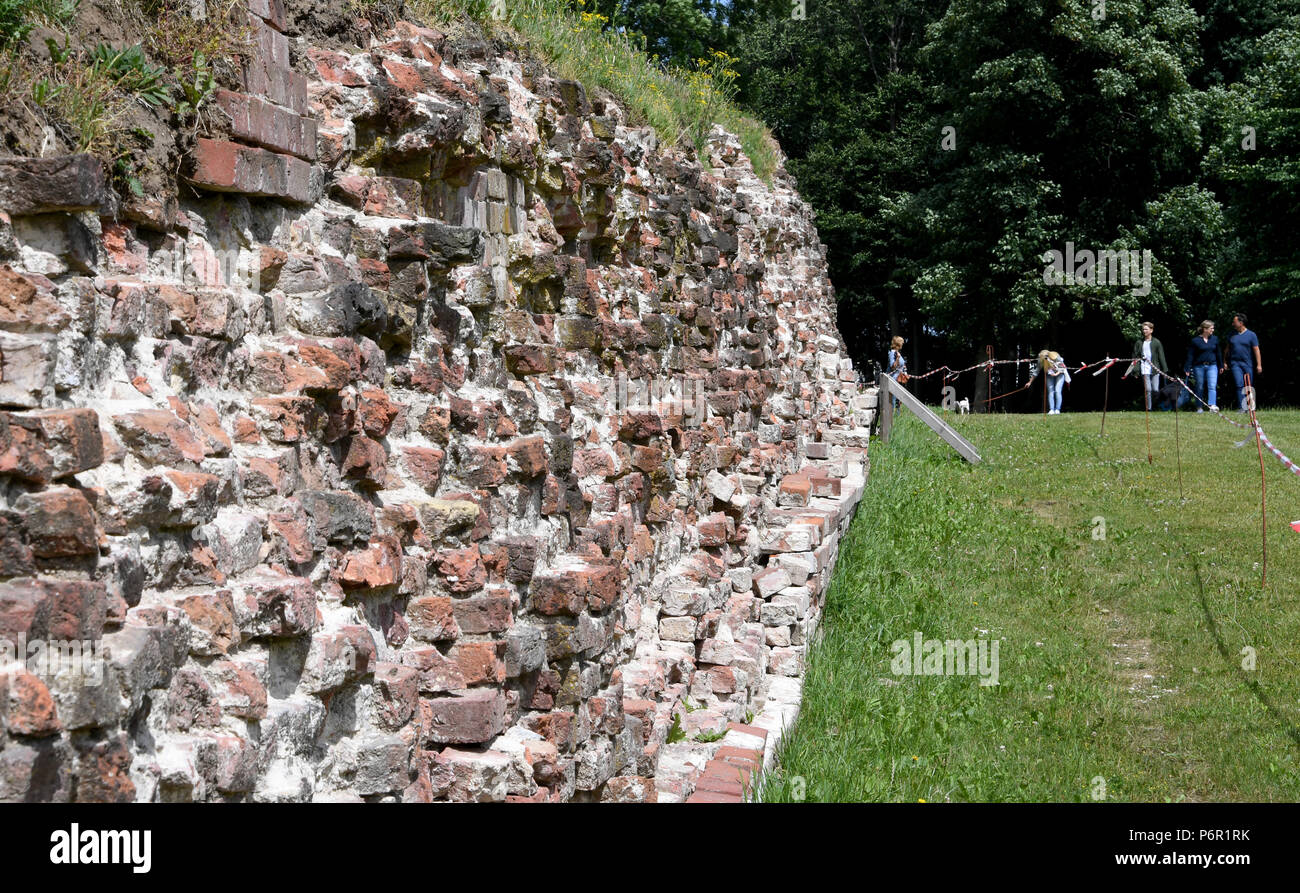 20.06.2018, Schleswig-Holstein, Danewerk: View of the Waldemarmauer of the Viking village Danewerk. It originally consisted of earth walls, walls, ditch and a barrage in the loop. The UNESCO World Heritage Kowithee will decide on the inclusion of new monuments in the World Heritage List at its meeting in Bahrain from 24 June to 3 July. From Germany are Viking-time Statten in Danewerk and Haithabu in Schleswig here. (to dpa 'Wikingestatten as a World Heritage:' Then we play World League ') Photo: Carsten Rehder/dpa | usage worldwide - Stock Image