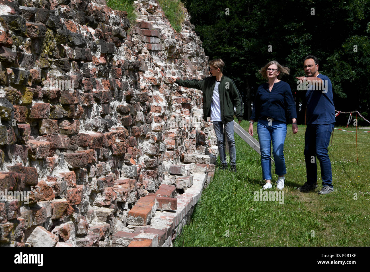 20.06.2018, Schleswig-Holstein, Danewerk: Visitors stand at the Waldemarmauer of the Viking village Danewerk. It originally consisted of earth walls, walls, ditch and a barrage in the loop. The UNESCO World Heritage Kowithee will decide on the inclusion of new monuments in the World Heritage List at its meeting in Bahrain from 24 June to 3 July. From Germany are Viking-time Statten in Danewerk and Haithabu in Schleswig here. (to dpa 'Wikingestatten as a World Heritage:' Then we play World League ') Photo: Carsten Rehder/dpa | usage worldwide - Stock Image