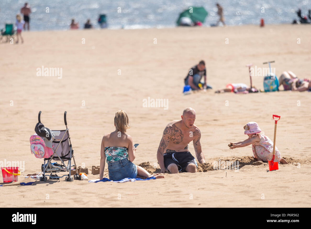 Skegness, UK, 2nd July 2018. Parents and children playing and sunbathing on the beach, enjoying the hot weather during a continued heatwave. Credit: Steven Booth/Alamy Live News Stock Photo