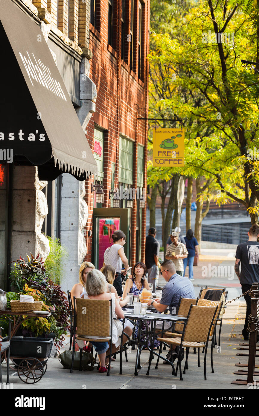 Syracuse, New York: Dining al fresco at a restaurant in Armory Square. Stock Photo