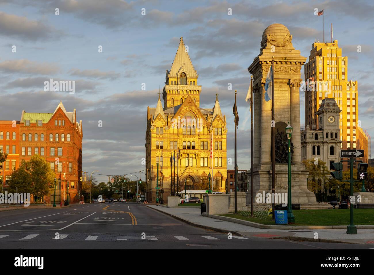 Syracuse, New York: Sunset skyline of Syracuse around Clinton Square. - Stock Image