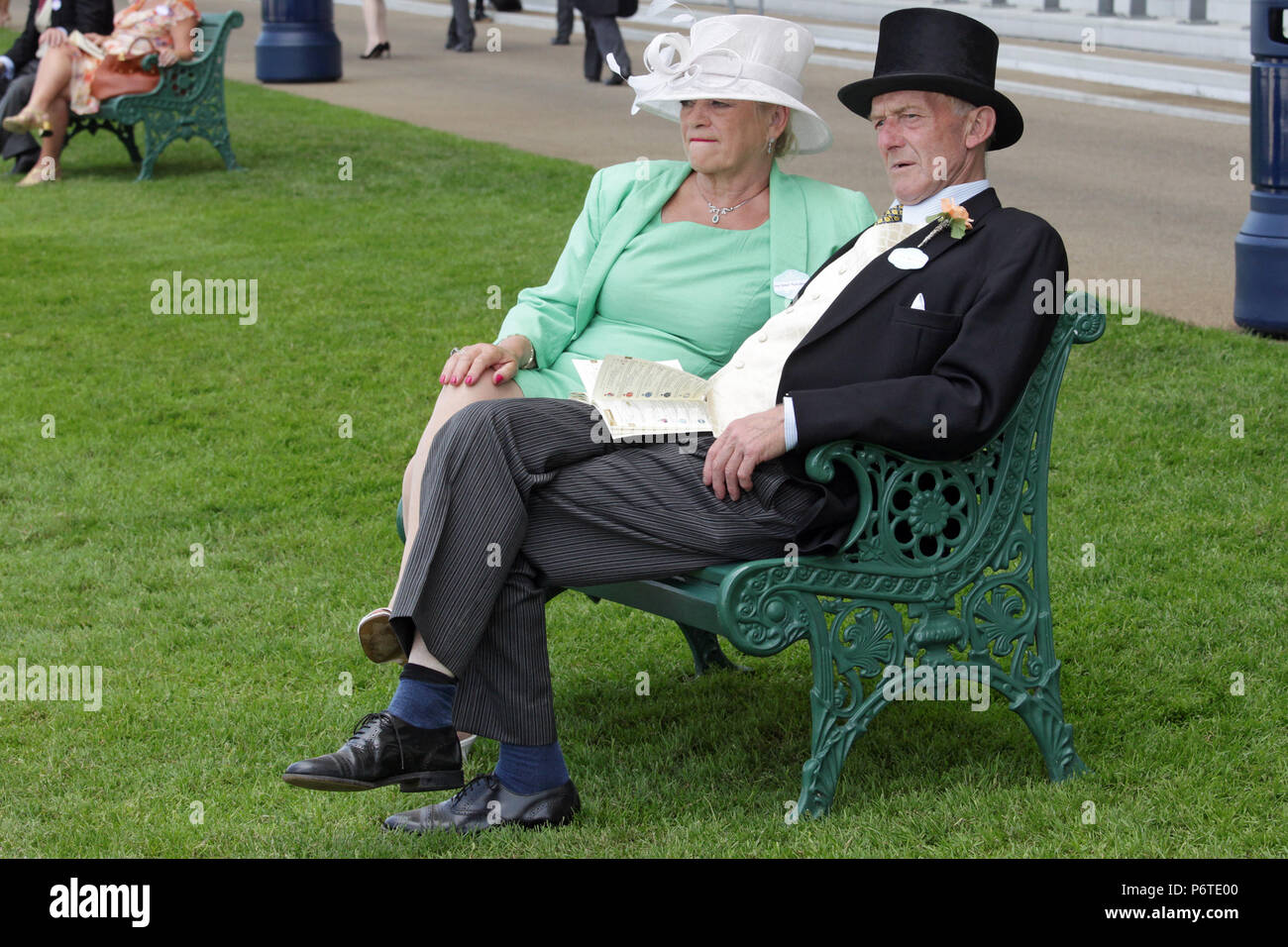Royal Ascot, couple in elegant clothes waiting for the races - Stock Image