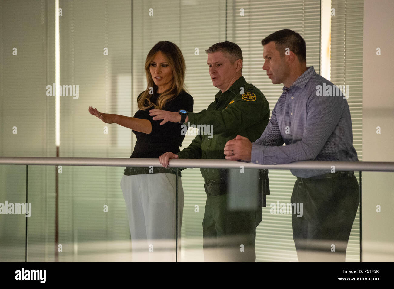 U.S. First lady Melania Trump listens to Supervisory Border Patrol Agent Robert Bushell, center, during a visit to the Southwest Key Campbell shelter for immigrant children that have been separated form their parents June 28, 2018 in Phoenix, Arizona. The children were separated from their families under the zero-tolerance enforcement policy of the Trump administration. - Stock Image