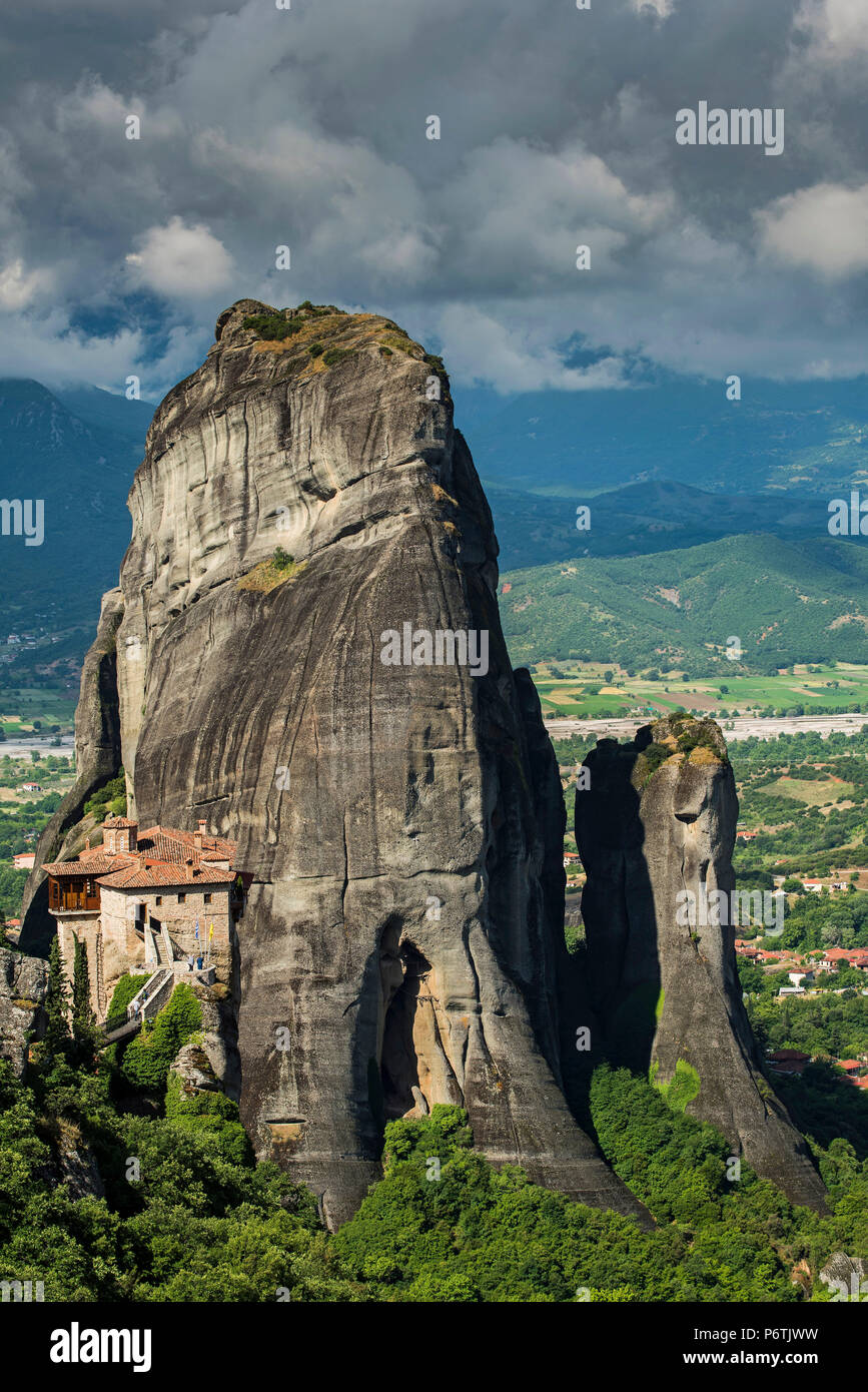 Monastery of Moni Agias Varvaras Roussanou with the spectacular massive rocky pinnacles in the background, Meteora, Thessaly, Greece - Stock Image