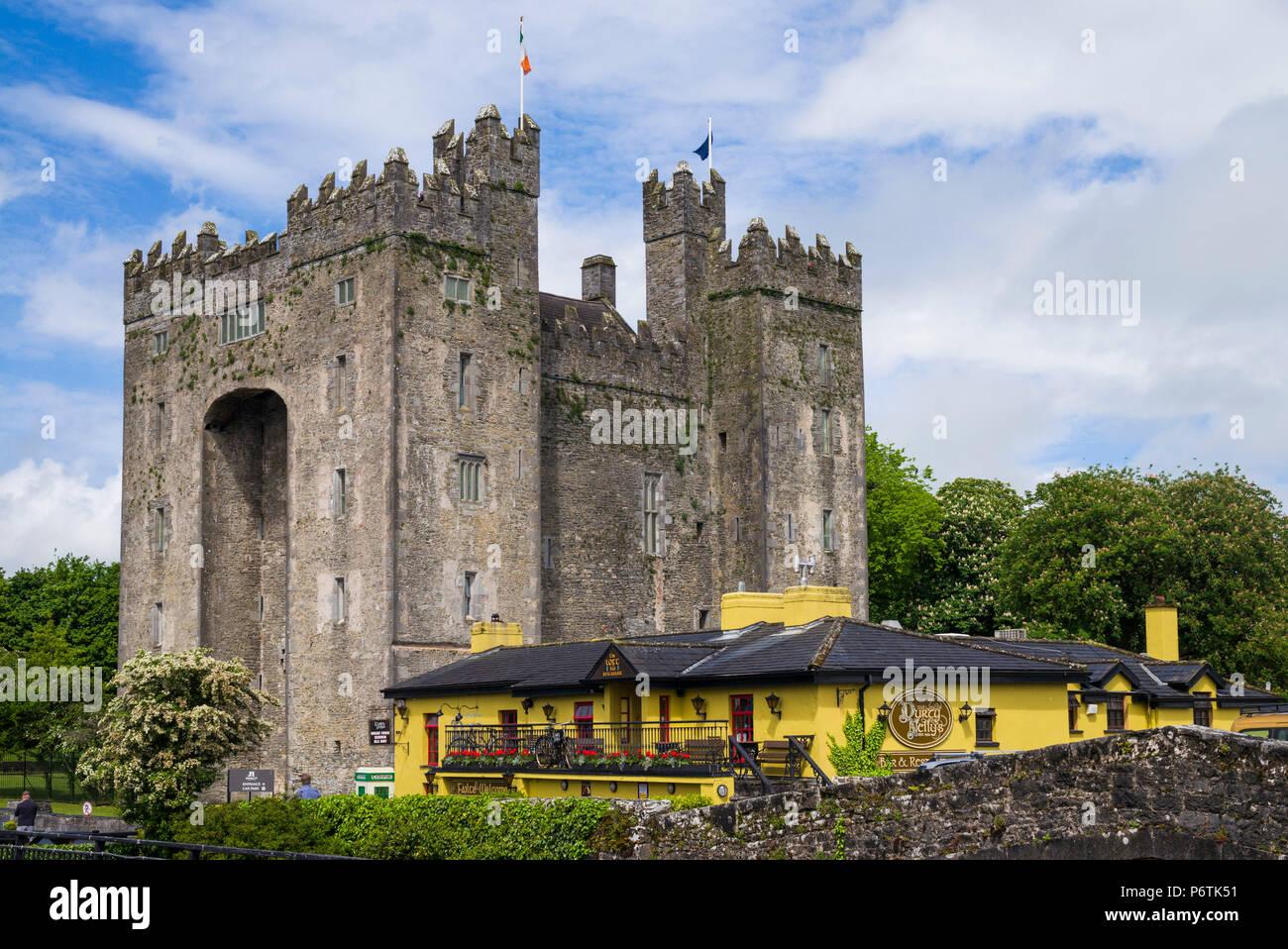 Ireland, County Clare, Bunratty, Bunratty Castle, 13th century - Stock Image