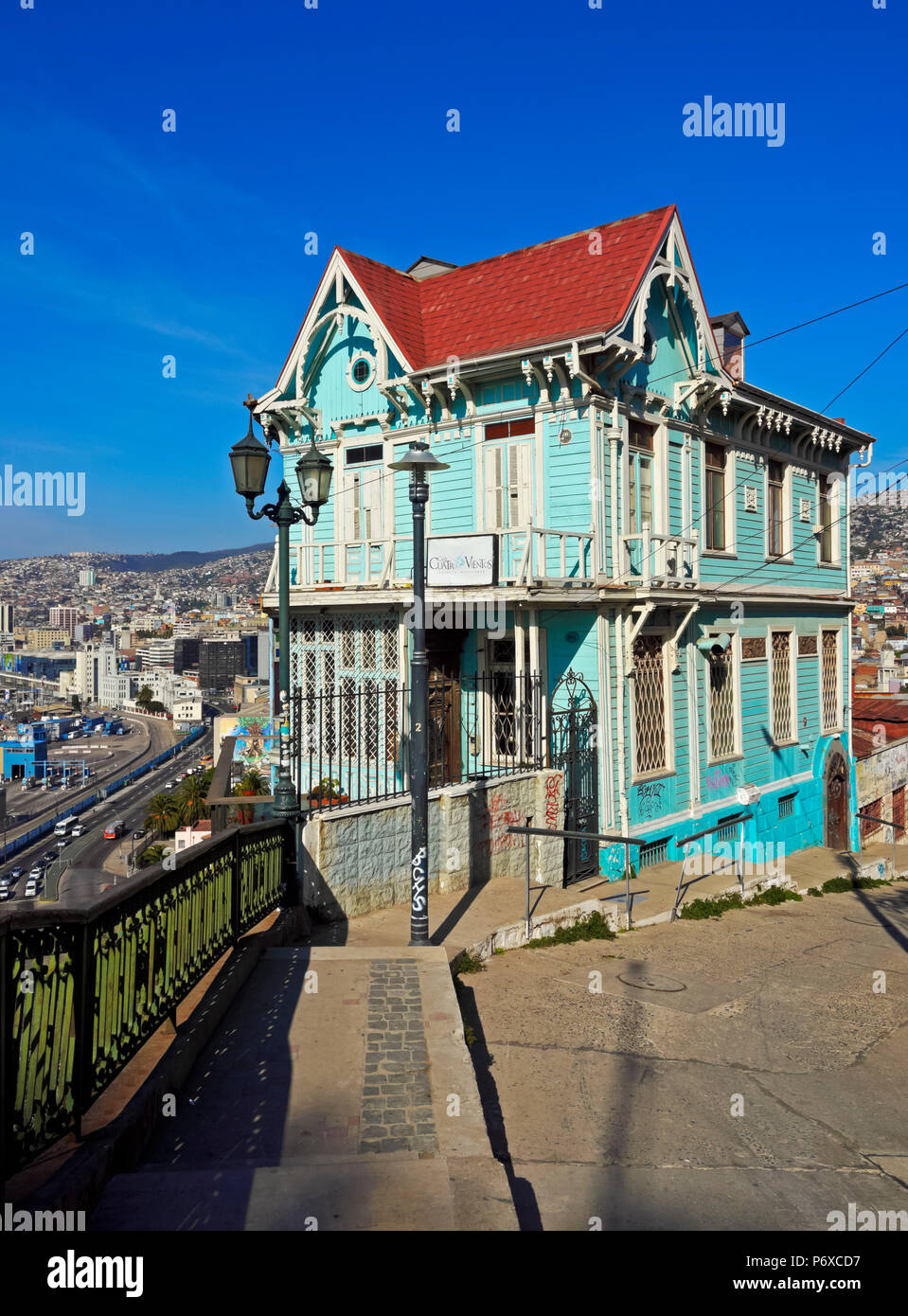 Chile, Valparaiso, Artilleria Hill, View of the characteristic blue house Casa Cuatro Vientos Hotel and Restaurant. - Stock Image