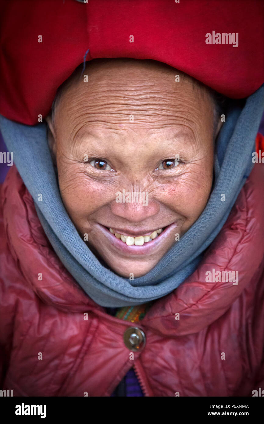 Red Dao smiling lady with turban in Sapa , Vietnam - Stock Image