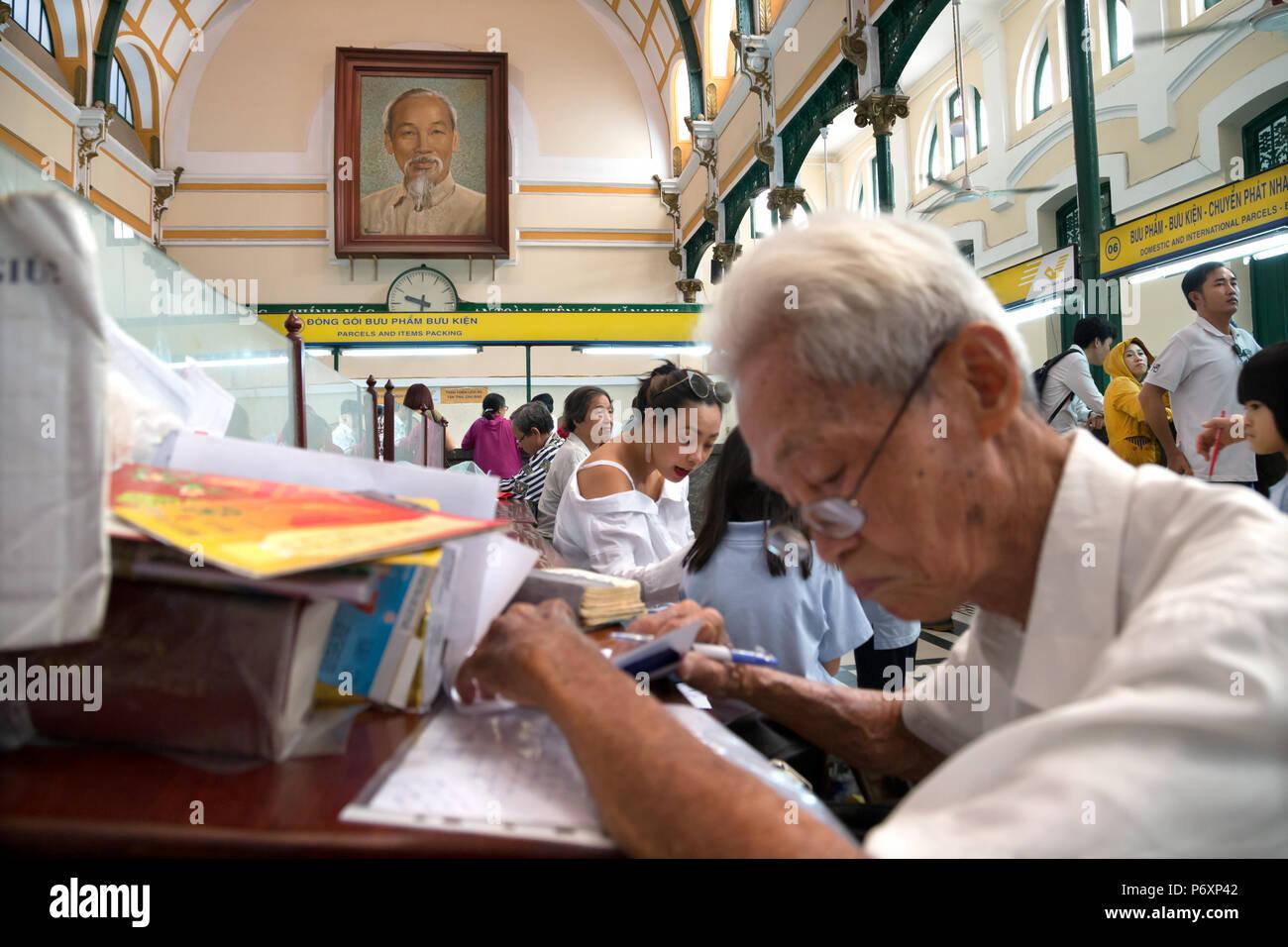 Crowd at Saigon - Hô Chi Minh post office, Vietnam - Stock Image
