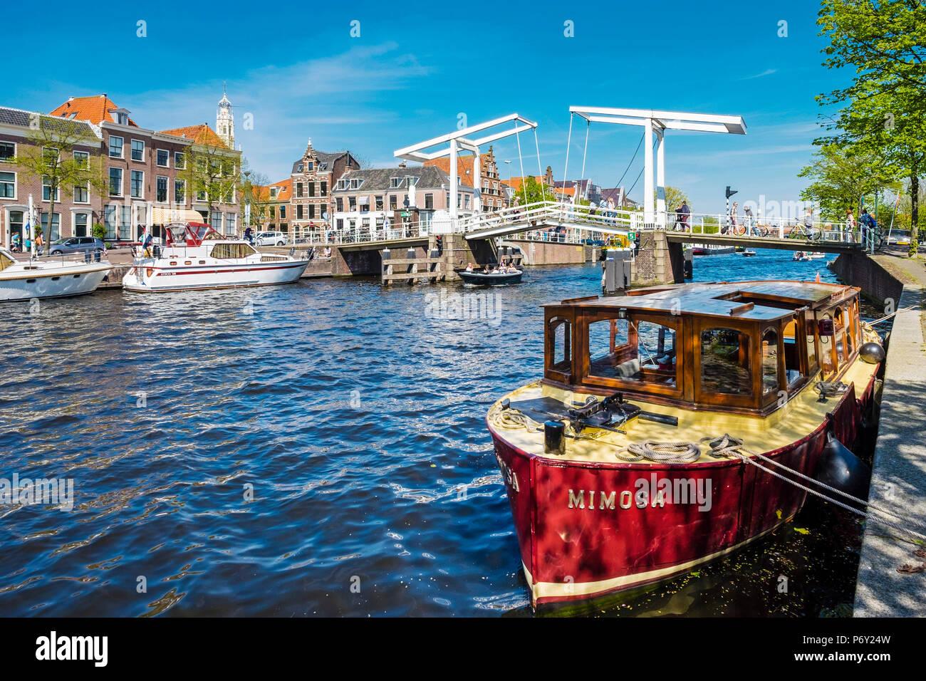 Netherlands, North Holland, Haarlem. Gravestenenbrug drawbridge and boats on the Spaarne River. - Stock Image