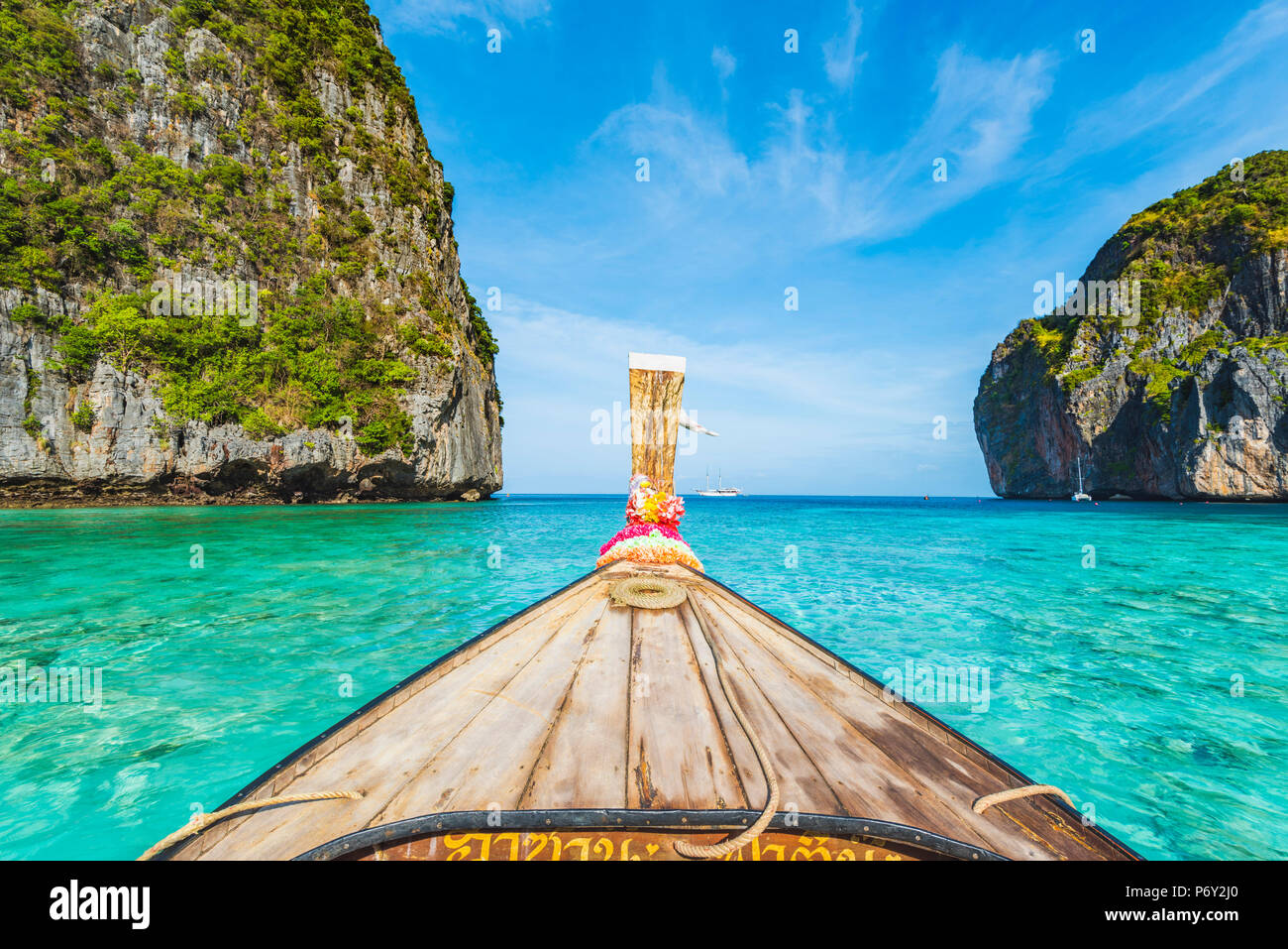 Ao Maya Beach (Maya Bay), Ko Phi Phi Leh, Krabi Province, Thailand. Wooden bow of a long tail boat. - Stock Image