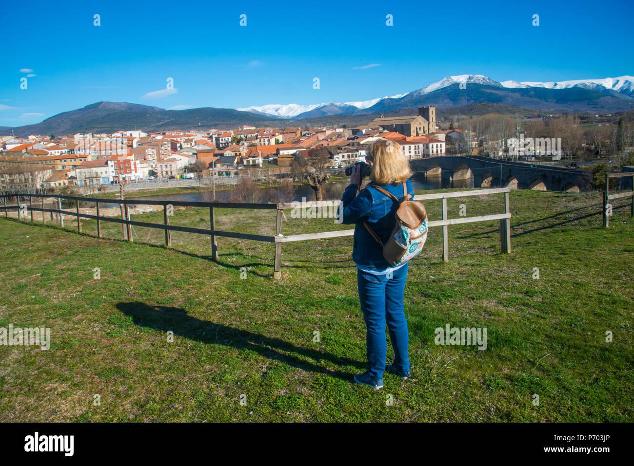 Woman taking photos of the village. El Barco de Avila, Avila province, Castilla Leon, Spain. - Stock Image
