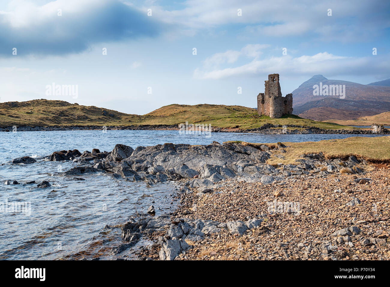 The ruins of Ardvreck Castle on the shores of Loch Assynt - Stock Image