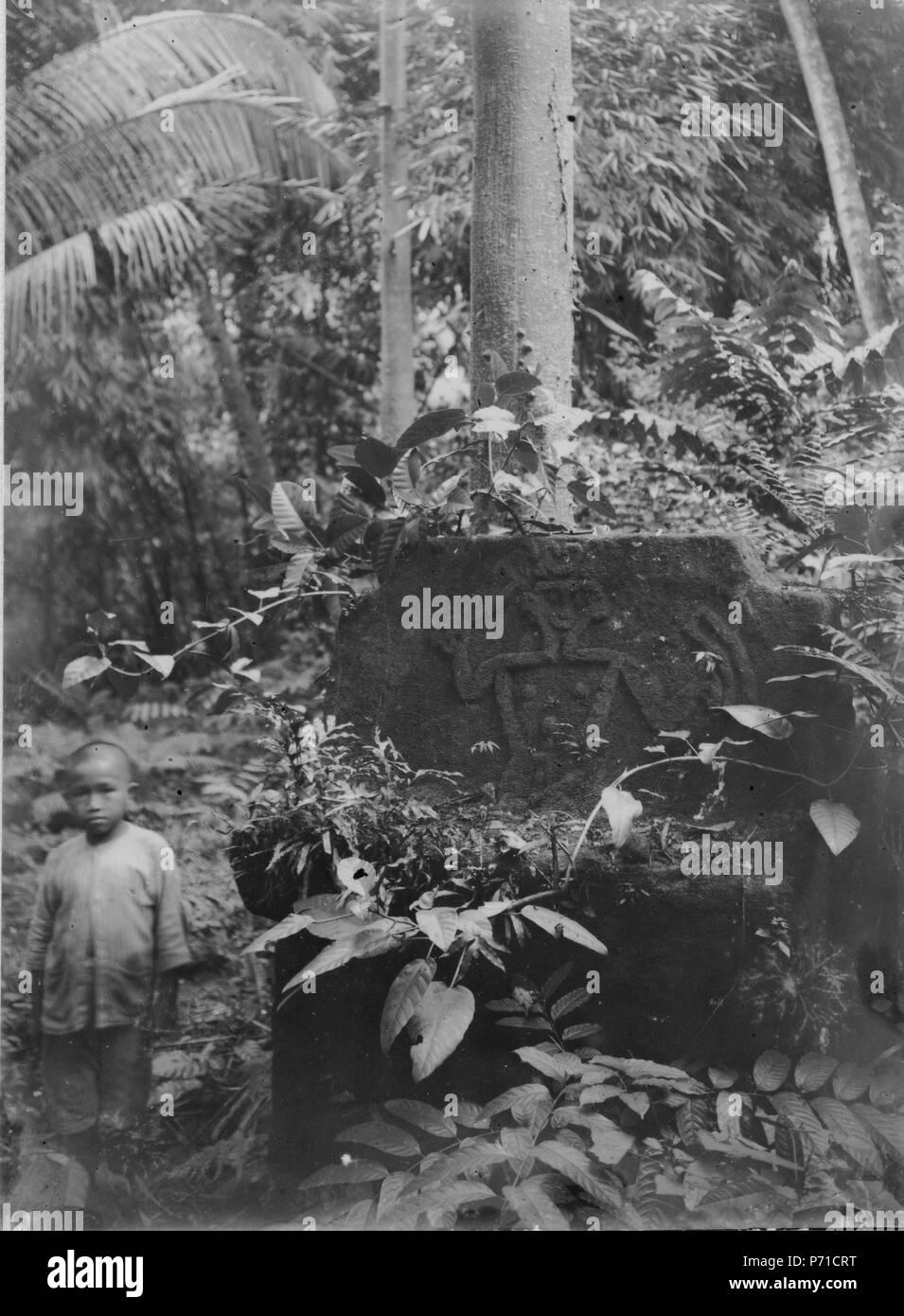 9 En gammal stengrav eller tiwoekar i skogen vid Amoerang - SMVK - 000263 - Stock Image