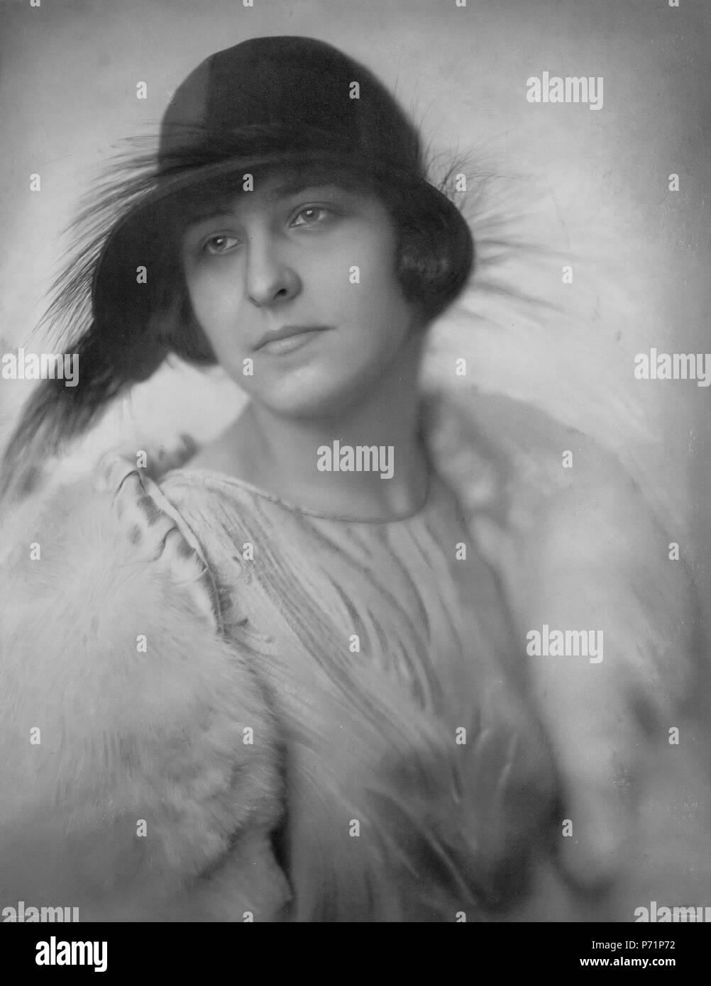 Nederlands: Mej. M.M. (Mies Merkelbach in mode van Hirsch) 1924  . 1924 42 Mies Merkelbach (1924) - Stock Image