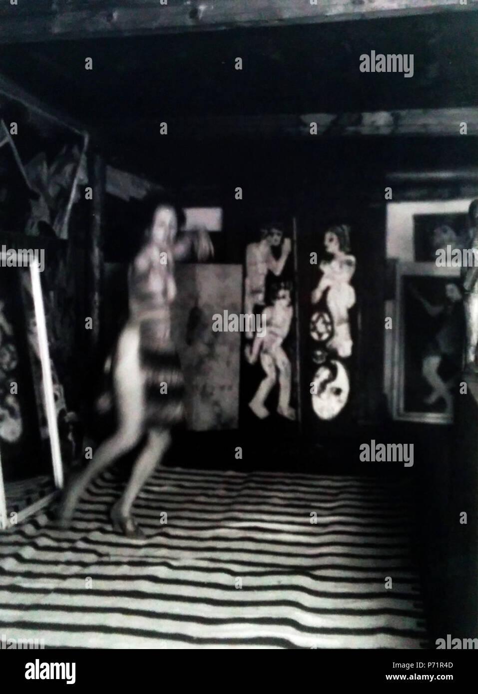 Deutsch: NIna Hard tanzt im Atelier In den Lärchen, Ernst Ludwig Kirchner, 1921 . 3 October 2016 44 Nina Hard tanzt im atelier - Stock Image