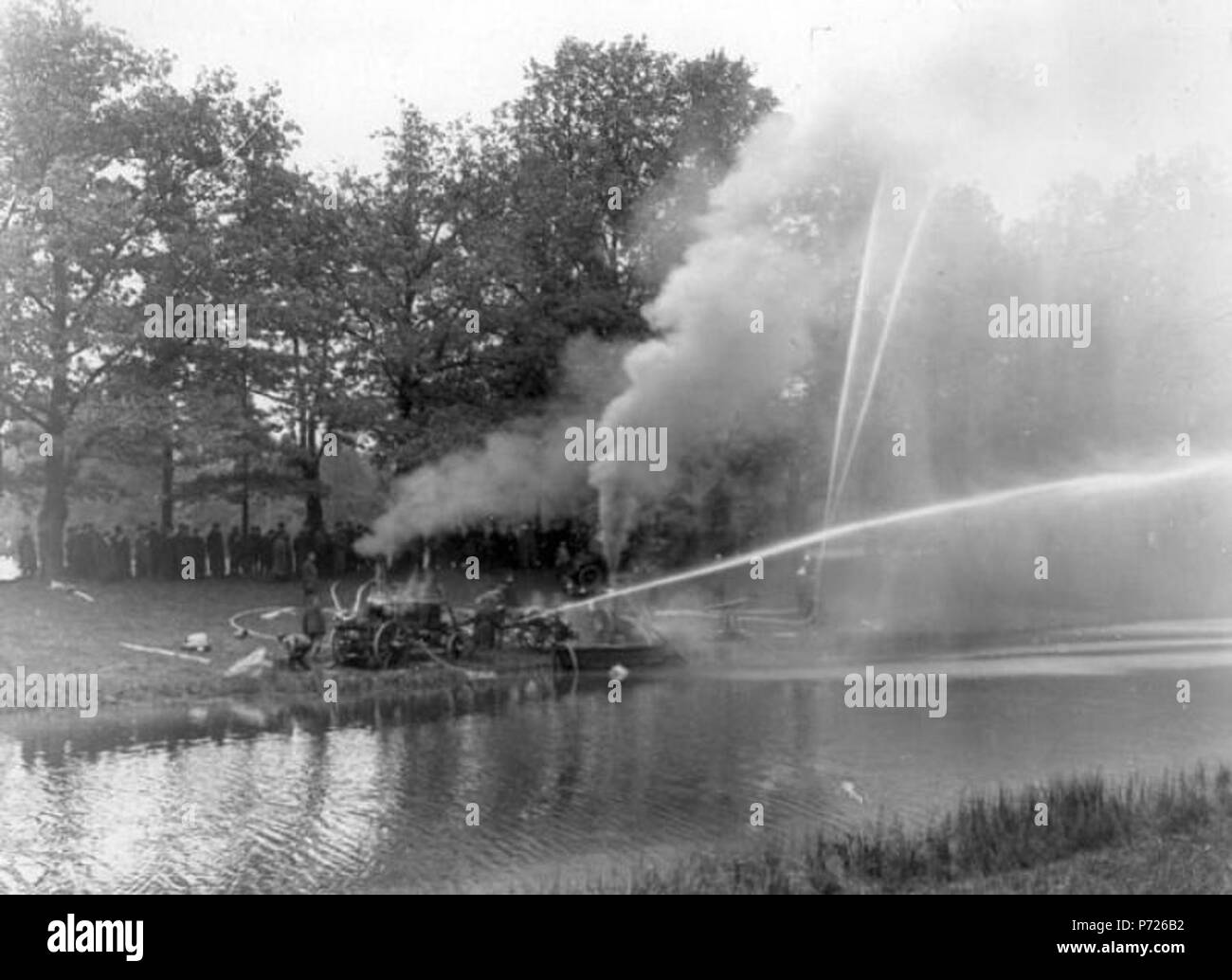:  ,             . English: Tsarskoye Selo (Russia), experience fire-fighting in the oak grove near Orlov Gate in the Catherine Park. 28 August 1911 210 Sankt-Peterburg oldfoto 13650 - Stock Image
