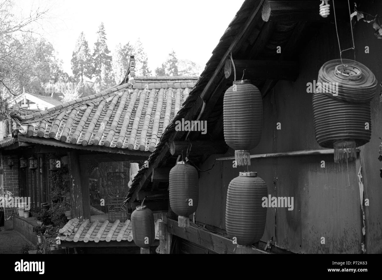 Chinese lanterns under the roof (Old Town Of Lijiang, Yunnan, China) - Stock Image