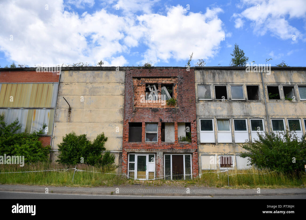 Bischofferode, Deutschland. 27th June, 2018. 27.06.2018, Bischofferode, Thuringen: Dilapidated buildings from the potash plant Bischofferode can be seen on the former company premises. Protests of the miners at the close of the early 1990s made the work known nationwide. (to dpa 'hunger strike! - Search for clues 25 years after the Kali rebellion' from 28.06.2018) Credit: Jens Kalaene/dpa central image/dpa | usage worldwide/dpa/Alamy Live News - Stock Image