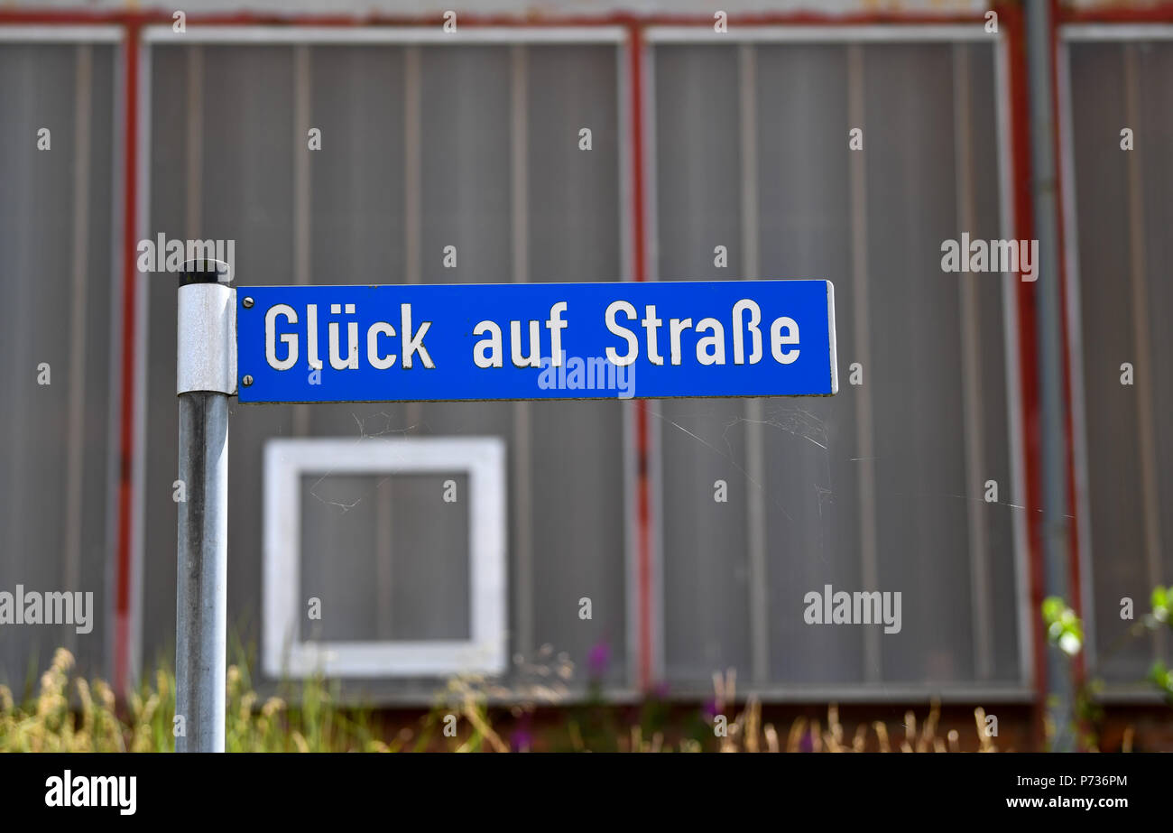 27.06.2018, Bischofferode, Thuringen: A street sign 'Gluck auf Strasse' can be seen at the former potash plant Bischofferode. Protests of the miners at the close of the early 1990s made the work known nationwide. (to dpa 'hunger strike! - Search for clues 25 years after the Kali rebellion' from 28.06.2018) Photo: Jens Kalaene / dpa central image / dpa | usage worldwide - Stock Image