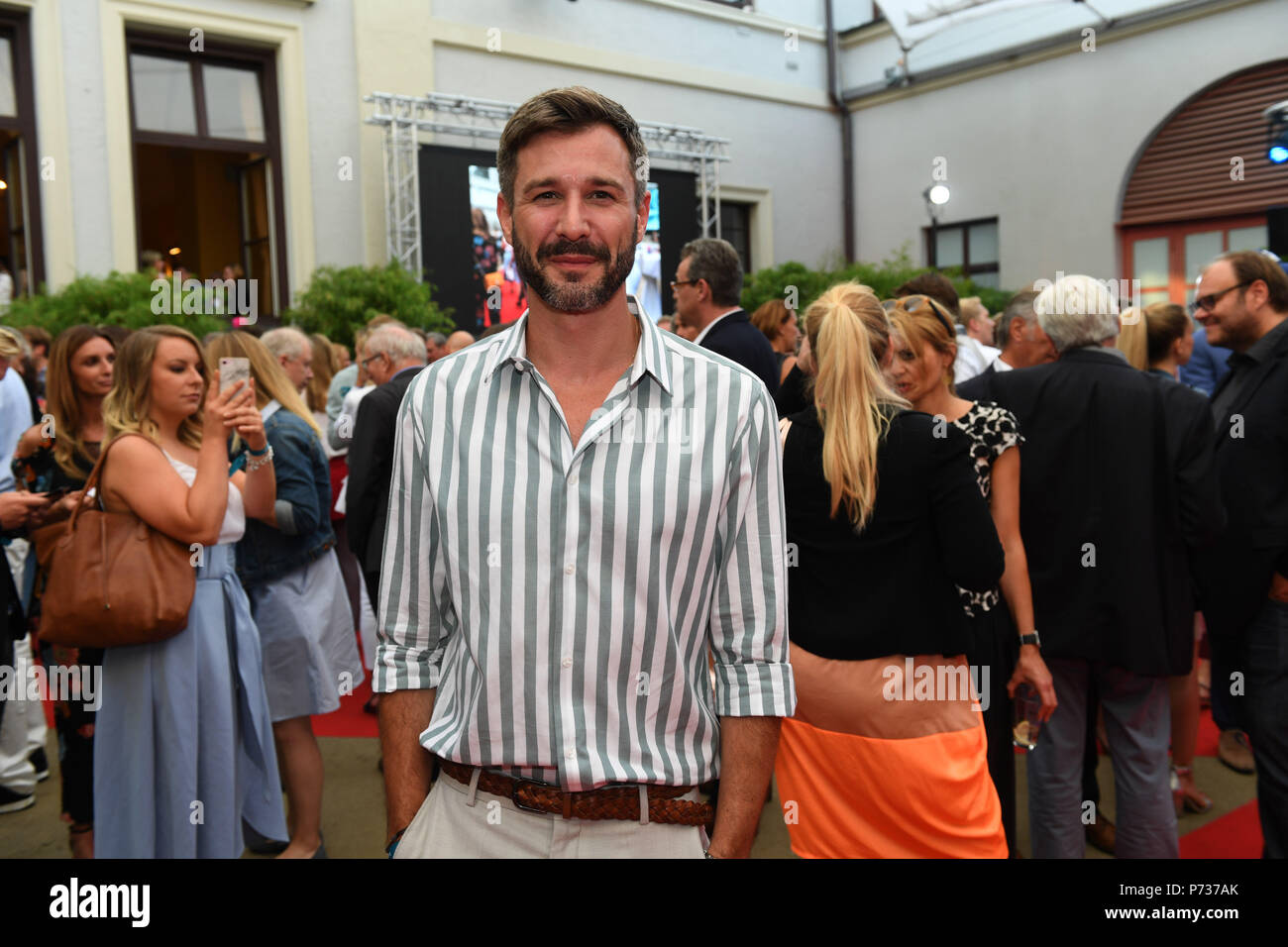 03 July 2018, Germany, Munich: Actor Jochen Schropp attends the Bavaria Film reception at the Kuenstlerhaus, an event hosted on occasion of the Film Festival Munich. Photo: Felix Hörhager/dpa - Stock Image