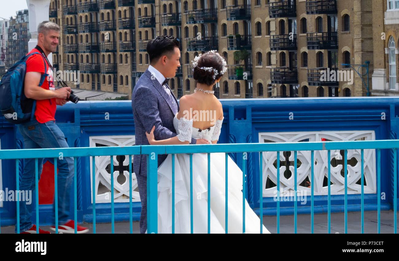 London England 4th July 2018 A Couple Have Their Wedding Photos