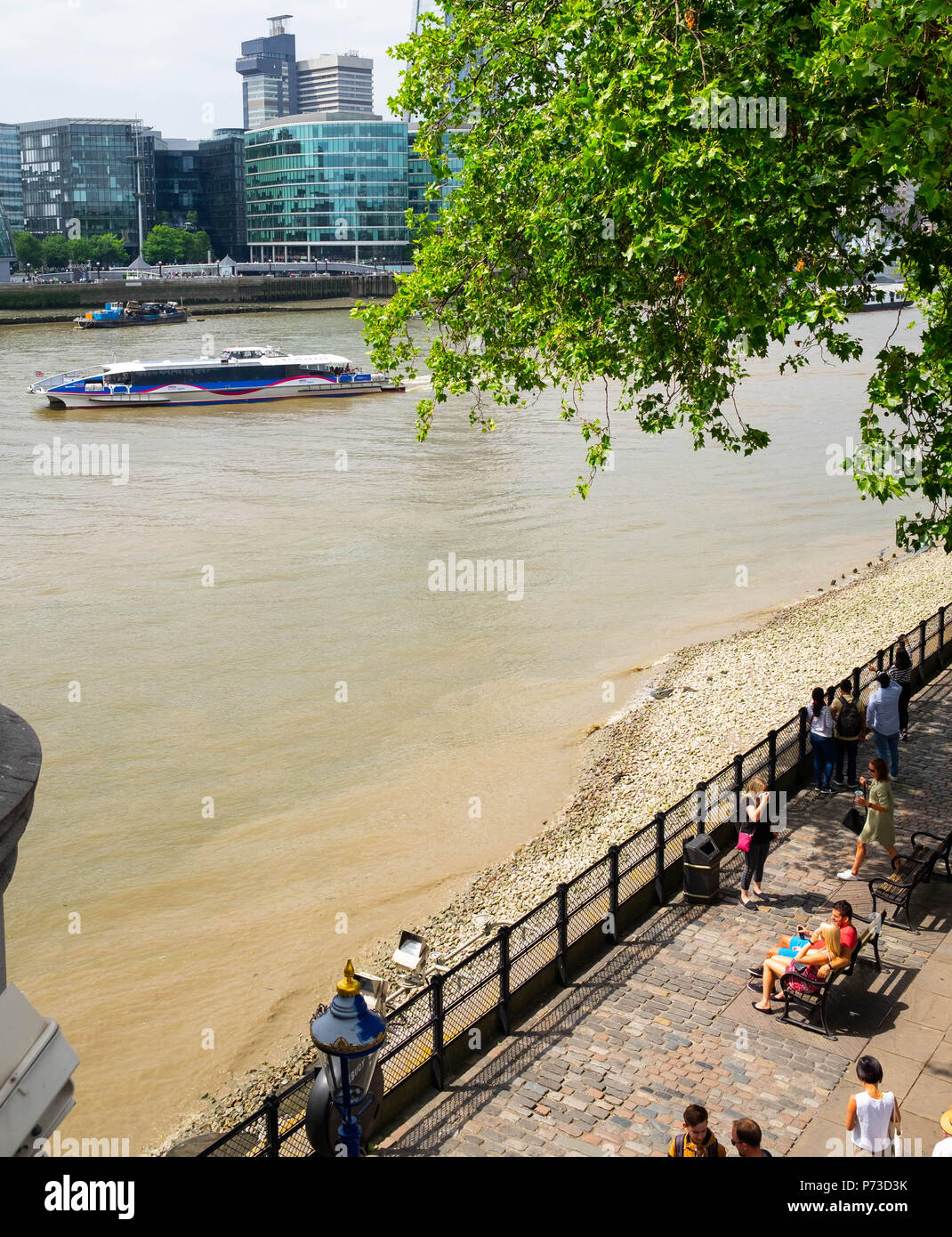 London, England. 4th July 2018. Tourists enjoy the river near London's Tower Bridge on another very hot day. The present heatwave is set to continue. ©Tim Ring/Alamy Live News Stock Photo