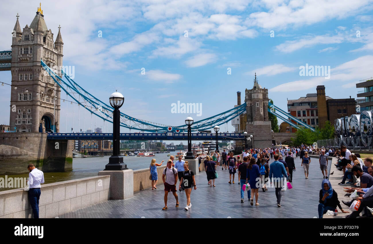 London, England. 4th July 2018. Tourists and office workers enjoy lunch time near London's Tower Bridge on another very hot day. The present heatwave is set to continue. ©Tim Ring/Alamy Live News Stock Photo