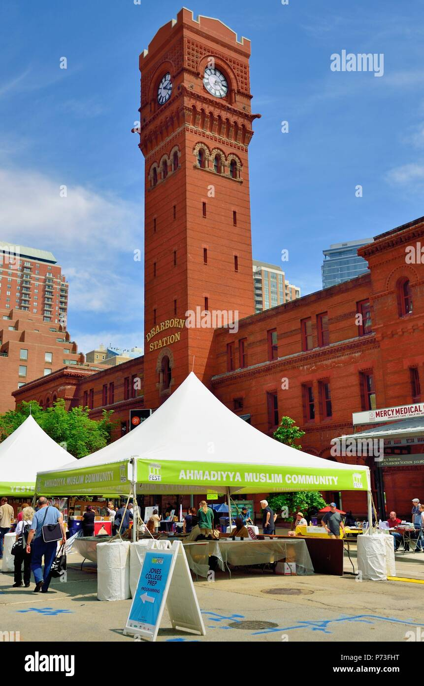 Chicago, Illinois, USA.Towering over some bookseller stalls and the Printers Row Lit Fest is the venerable landmark Dearborn Street Station Tower. - Stock Image