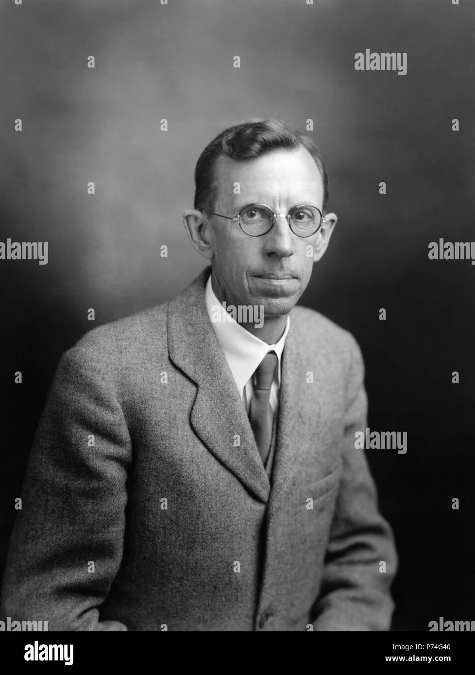 Clinton Joseph Davisson (1881–1958), was an American physicist who won the 1937 Nobel Prize in Physics (which he shared with George Paget Thomson) for his discovery of electron diffraction in the Davisson-Germer experiment. (Photo: November 1937) Stock Photo