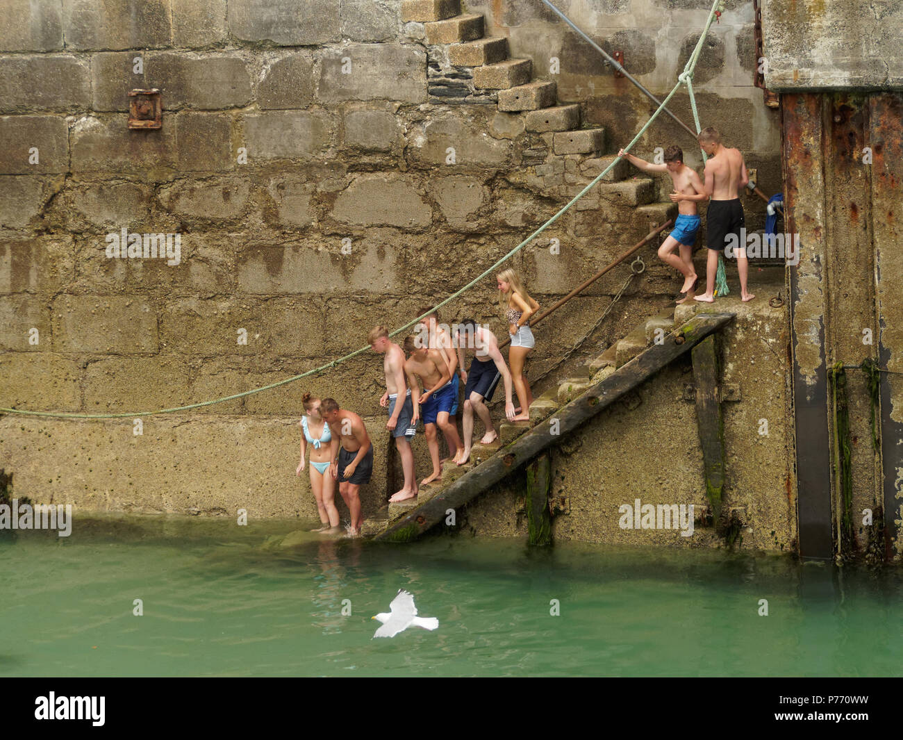 Fun canoeing in Newquay harbour. 2018  Robert Taylor/Alamy Live News.  Newquay, Cornwall, UK. - Stock Image