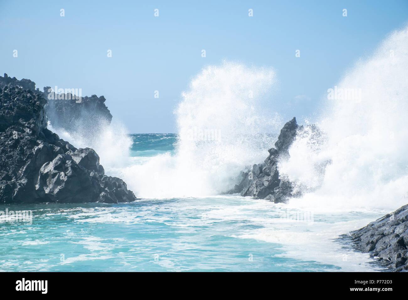 Ocean crashing on the rocks - Stock Image