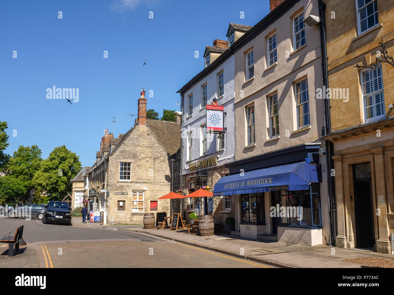 Star Inn pub in Quaint small Oxfordshire town of Woodstock . Woodstock is a historic town just to the north of Oxford. It grew up as a coach stop - Stock Image