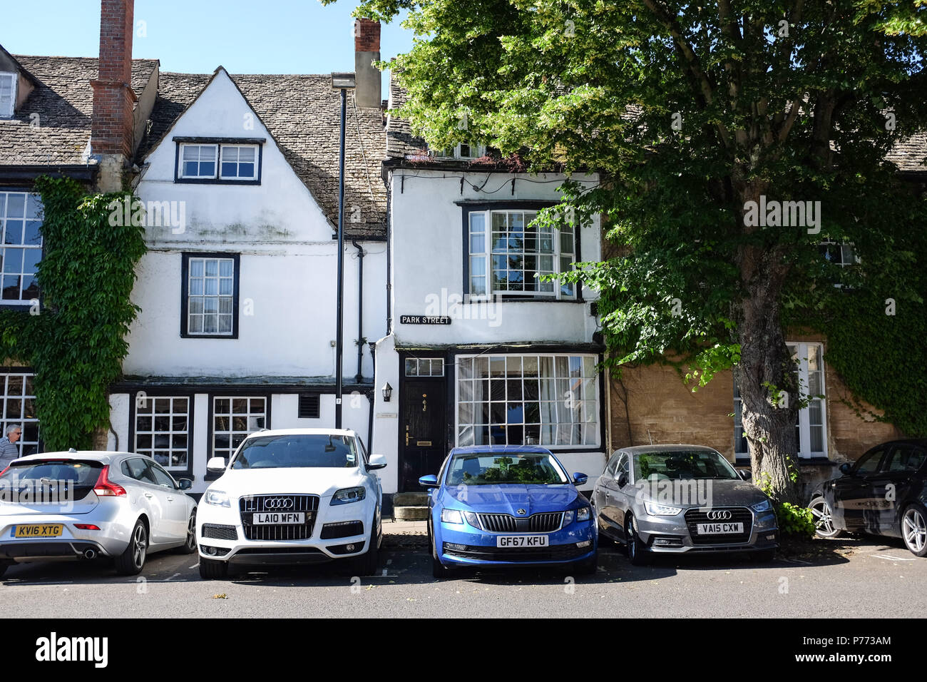 Park Street in quaint small Oxfordshire town of Woodstock . Woodstock is a historic town just to the north of Oxford. It grew up as a coach stop aroun - Stock Image
