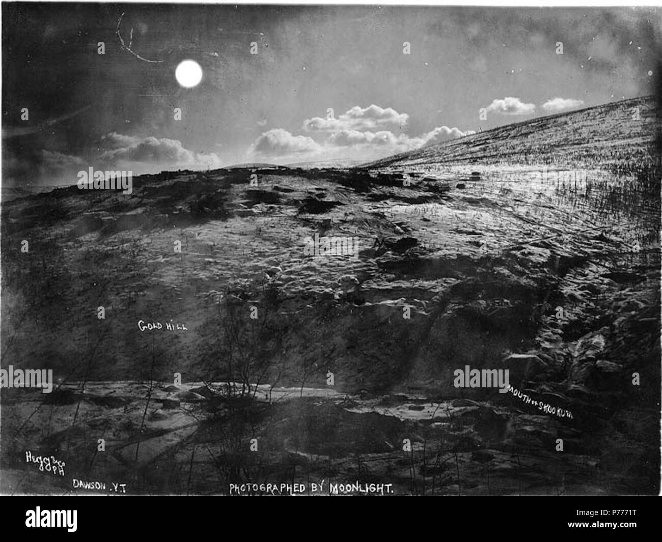 . English: Gold Hill and mouth of Skookum Creek photographed by moonlight, Yukon Territory, ca. 1898. English: Caption on image: 'Gold Hill, Mouth of Skookum photographed by moonlight.' Subjects (LCTGM): Mountains--Yukon; Skookum Creek (Yukon); Streams--Yukon Subjects (LCSH): Gold Hill (Yukon)  . circa 1898 5 Gold Hill and mouth of Skookum Creek photographed by moonlight, Yukon Territory, ca 1898 (HEGG 354) - Stock Image