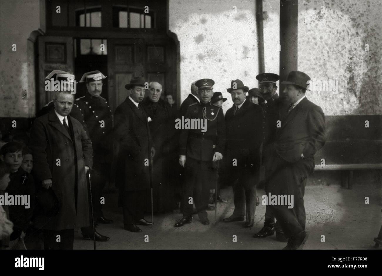 27 El alcalde de San Sebastián, Maríano Zuaznavar, con un grupo de hombres, algunos de ellos militares, en el interior de un edificio (1 de 1) - Fondo Car-Kutxa Fototeka - Stock Image