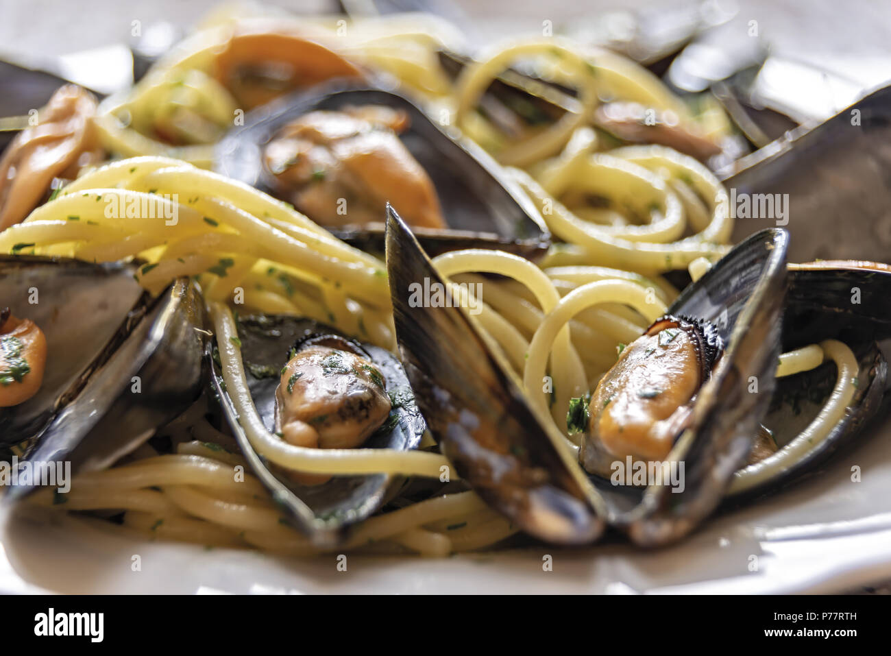 spaghetti pasta with mussels garlic and parsley 2 Stock Photo