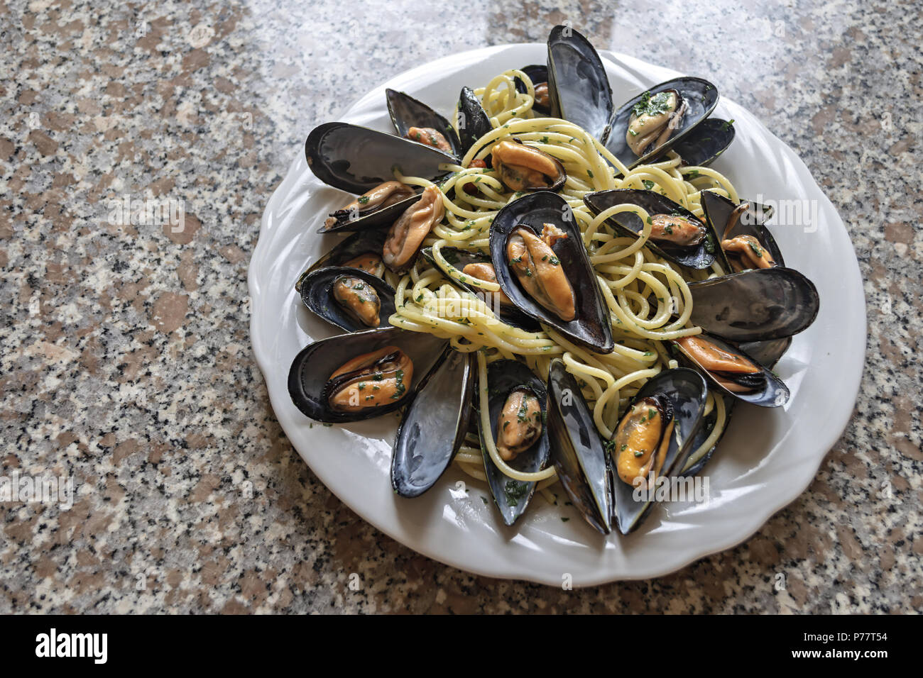 spaghetti pasta with mussels garlic and parsley 5 - Stock Image