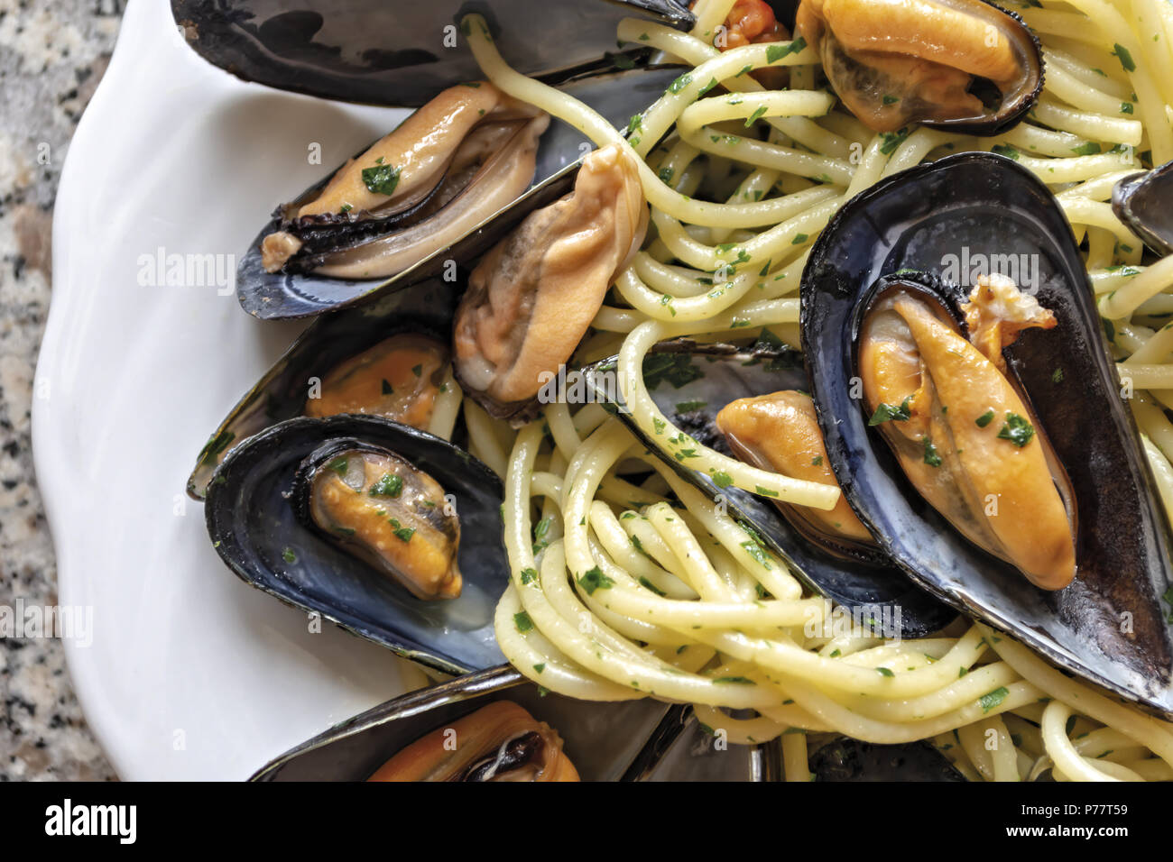 spaghetti pasta with mussels garlic and parsley 6 - Stock Image